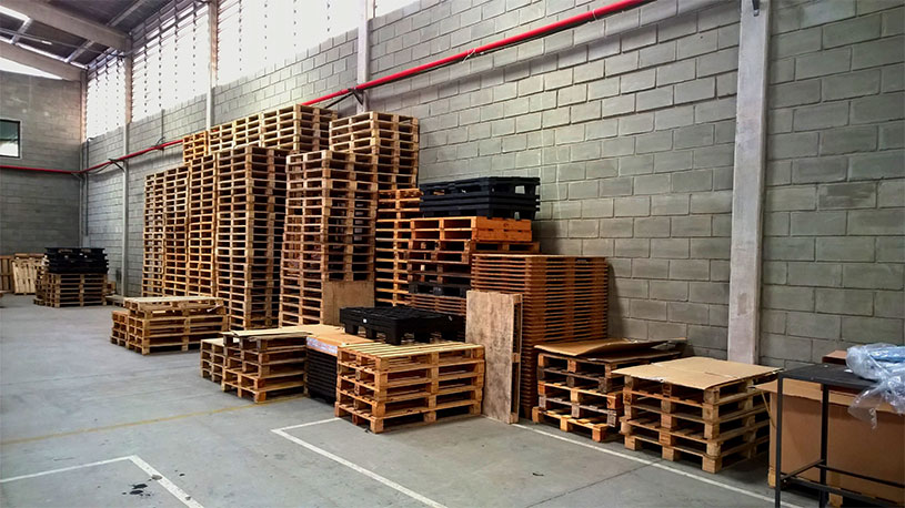 Inside and outside storage for empty pallets | Plain pallets